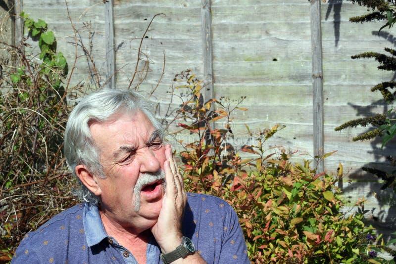 Homme avec le mal de dents. photographie stock libre de droits