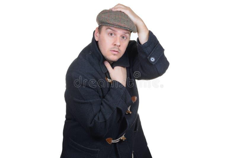 Homme avec le manteau tenant le chapeau image stock