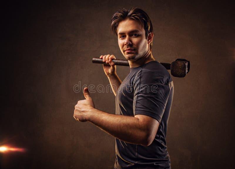 Homme avec le marteau images stock