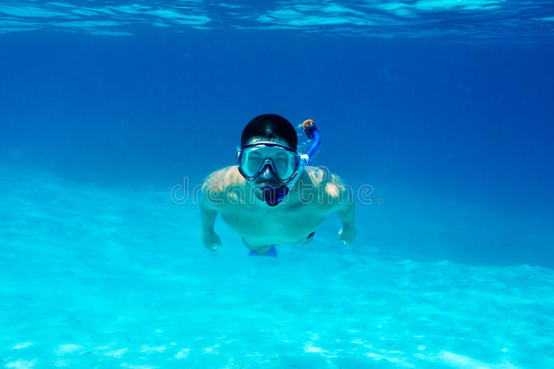 Homme avec le masque naviguant au schnorchel image stock