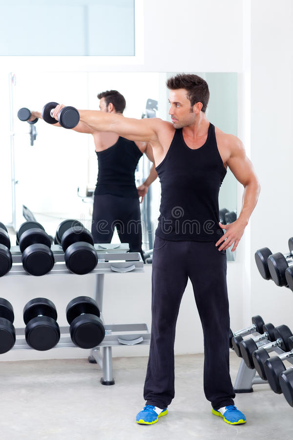 Homme avec le matériel de formation de poids sur la gymnastique de sport images libres de droits