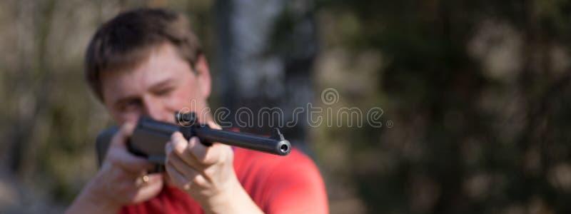 Homme avec le pistolet pneumatique image libre de droits