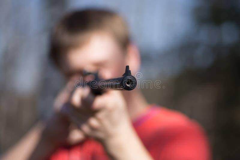 Homme avec le pistolet pneumatique dans la forêt images libres de droits