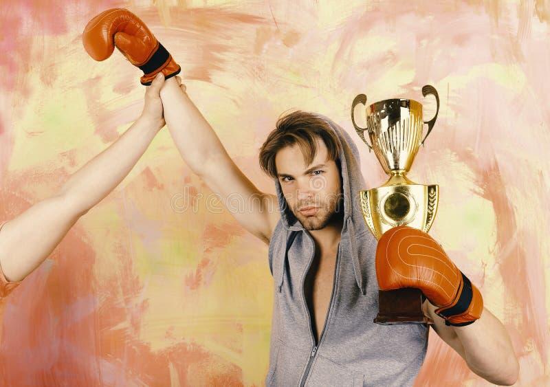 Homme avec le prix sur le fond coloré Boxeur avec le visage sérieux photos libres de droits