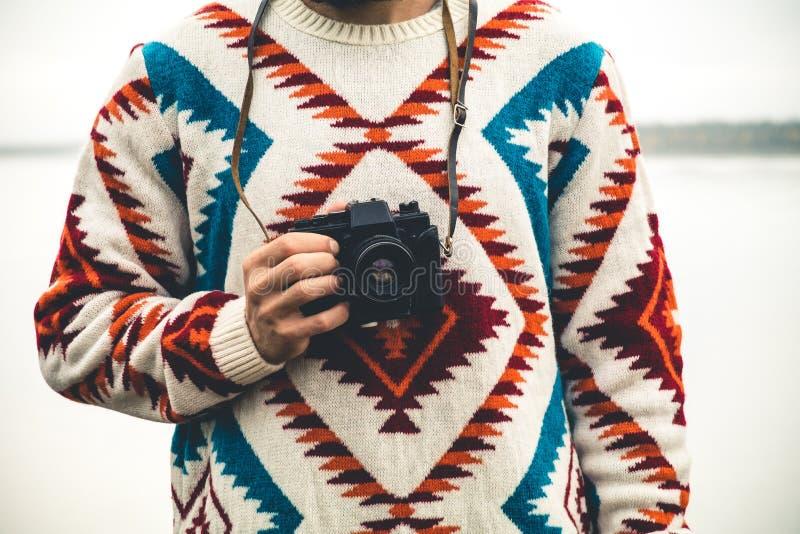 Homme avec le rétro mode de vie de voyage de mode d'appareil-photo de photo photos stock