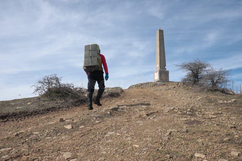 Homme avec le sac à dos marchant en parc de Nebrodi, Sicile photographie stock