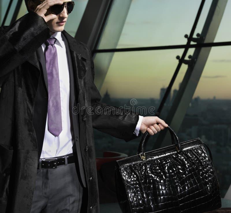 Homme avec le sac photographie stock