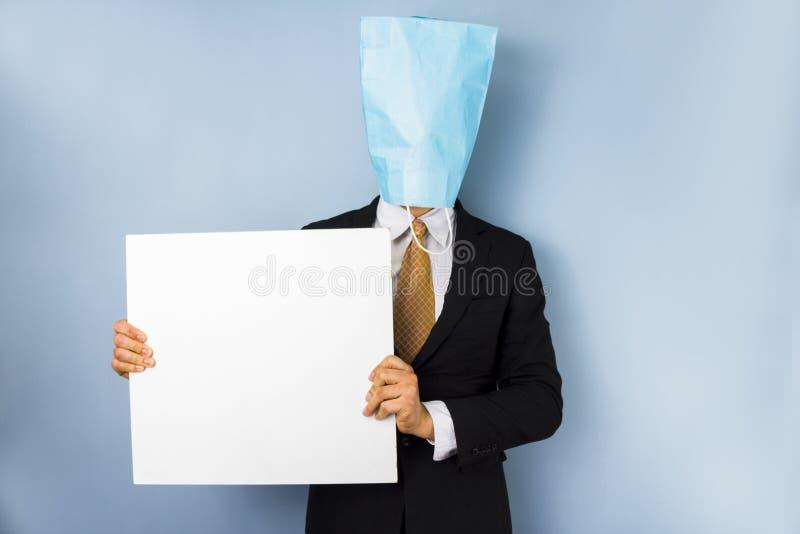 Homme avec le signe aérien de blanc de participation de sac photographie stock