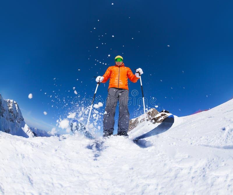 Homme avec le ski de masque de ski dans la vue d'action de dessous image libre de droits