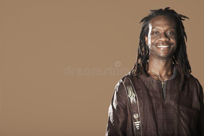 Homme avec le sourire de Dreadlocks photographie stock