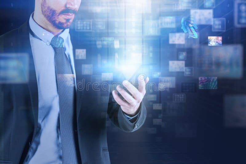 Homme avec le téléphone, interface de l'information virtuelle images stock