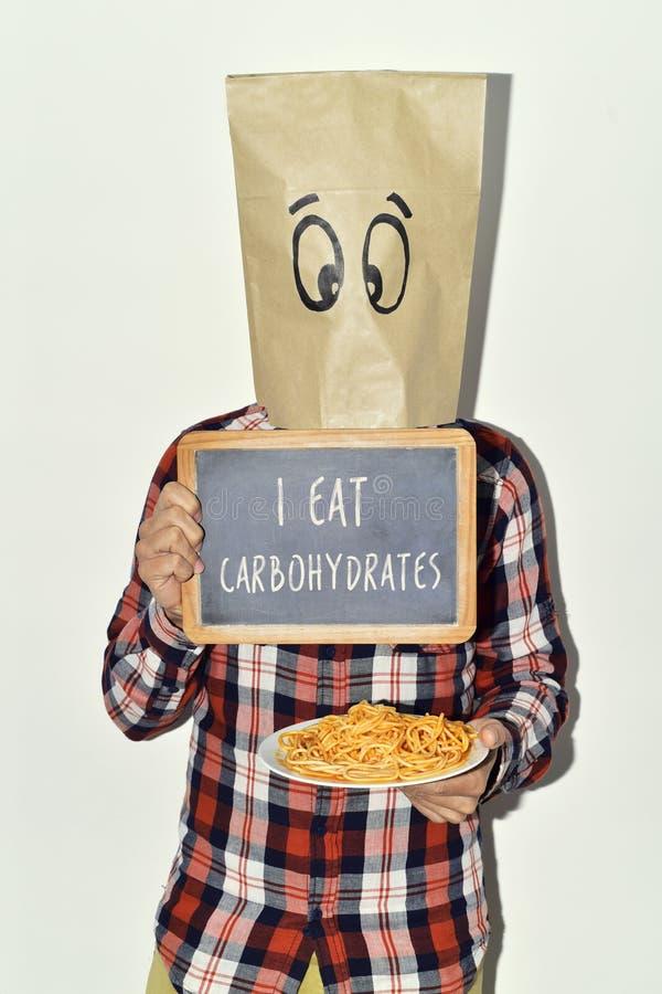 Homme avec le tableau avec le texte je mange des hydrates de carbone photo libre de droits