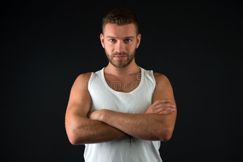 Homme avec le torse musculaire d'isolement sur le fond noir Macho avec le corps sexy Sportif dans le pliage blanc d'athlète de gi image stock