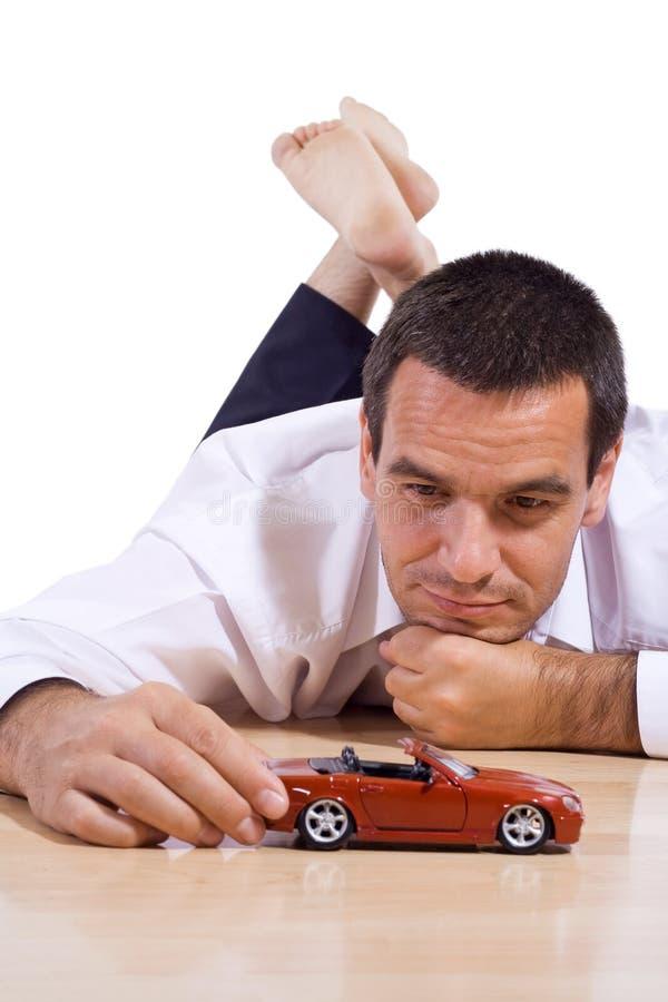 Homme avec le véhicule rouge de jouet photo libre de droits