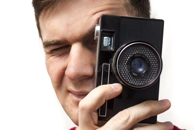 Homme avec le vieil appareil-photo photo stock