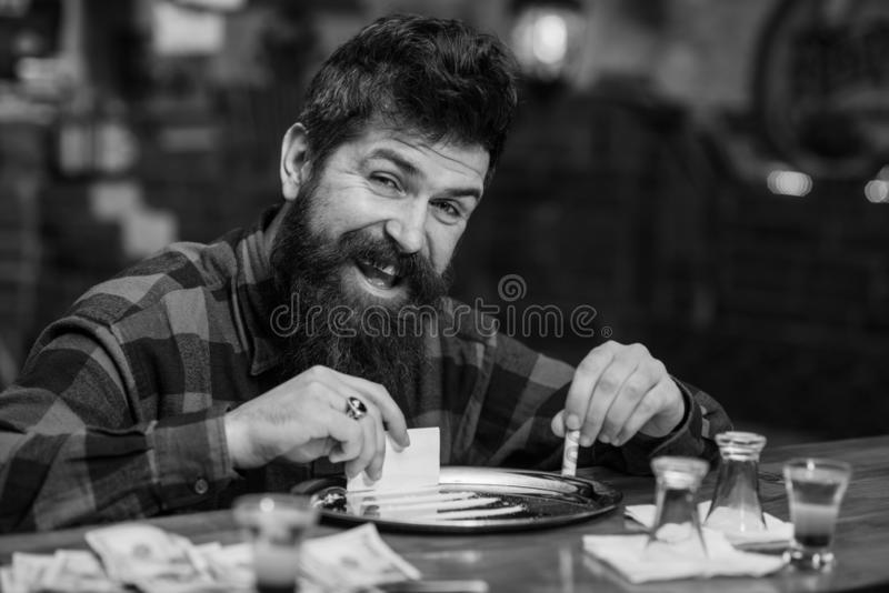 Homme avec le visage gai seul au compteur de barre, photos libres de droits