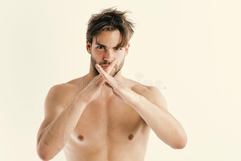 Homme avec le visage sûr et poil d'isolement sur le fond blanc Le combattant de karaté avec le corps fort d'ajustement est prêt à images libres de droits