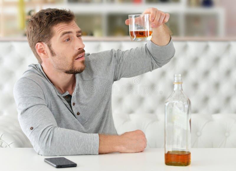 Homme avec le whiskey en verre photos libres de droits