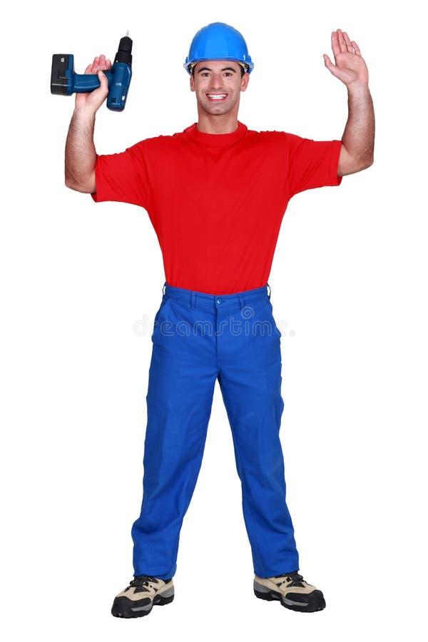 Homme avec les bras augmentés