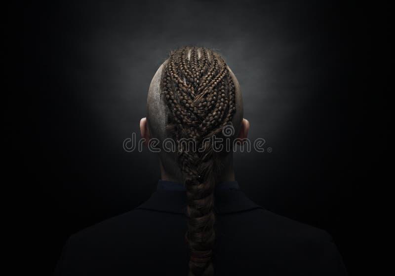Homme avec les dreadlocks, ressembler à un Viking, coupe de cheveux iroquois images stock