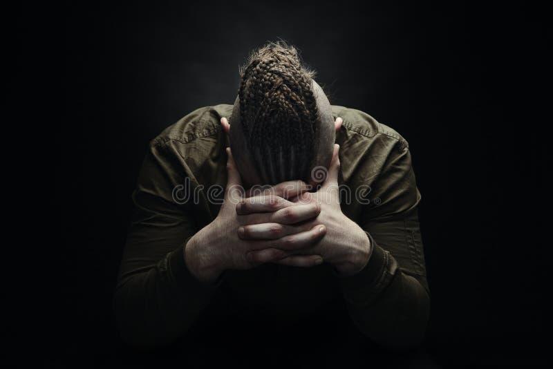 Homme avec les dreadlocks, ressembler à un Viking, coupe de cheveux iroquois image libre de droits