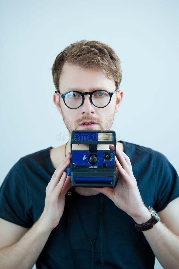 Homme avec les glases et l'appareil-photo de photo à disposition photos libres de droits