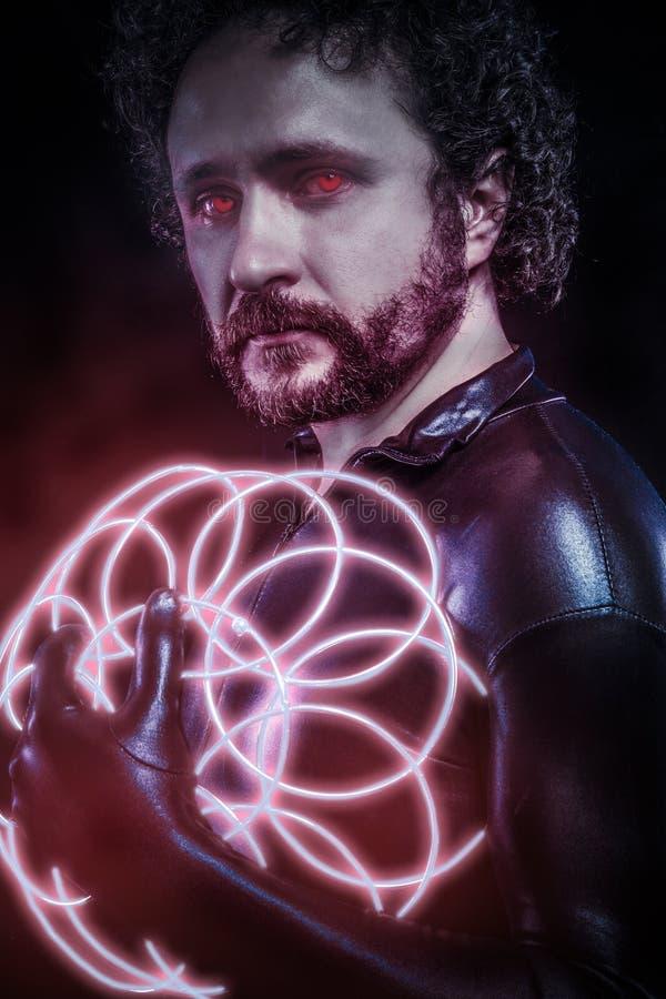 Homme avec les lampes au néon bleues, le futur costume de guerrier, imagination s images libres de droits