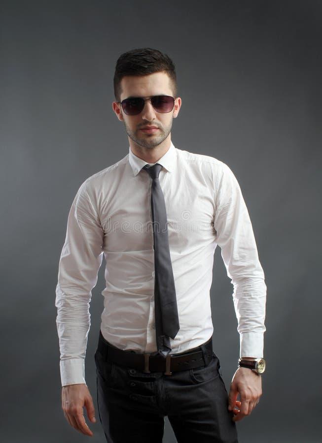 Homme avec les lunettes de soleil fraîches photographie stock libre de droits