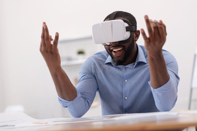 Homme avec plaisir positif employant la technologie moderne images libres de droits