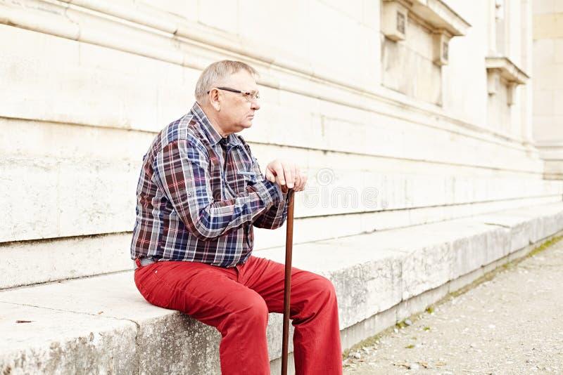 Homme avec se reposer de bâton extérieur images libres de droits