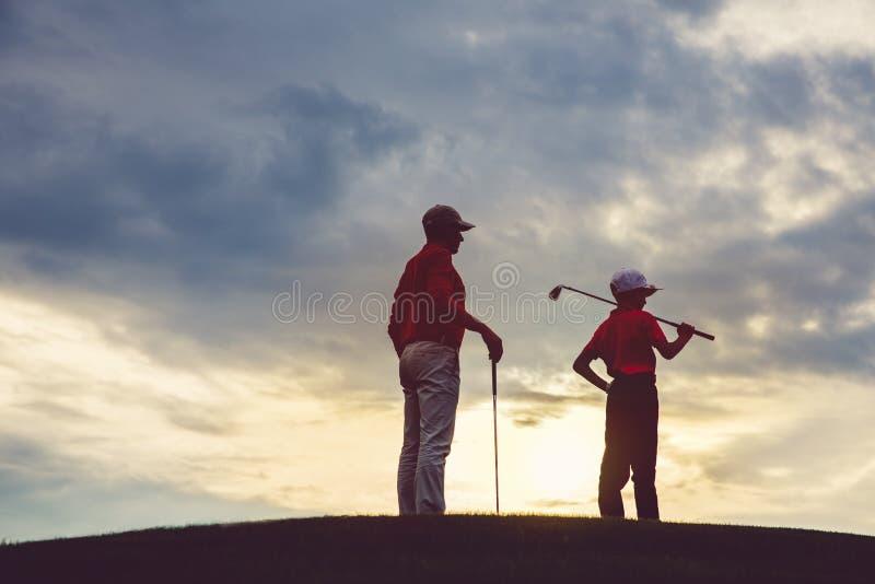 Homme avec ses golfeurs de fils photo stock