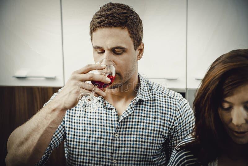 Homme avec son verre à vin dans la cuisine image libre de droits