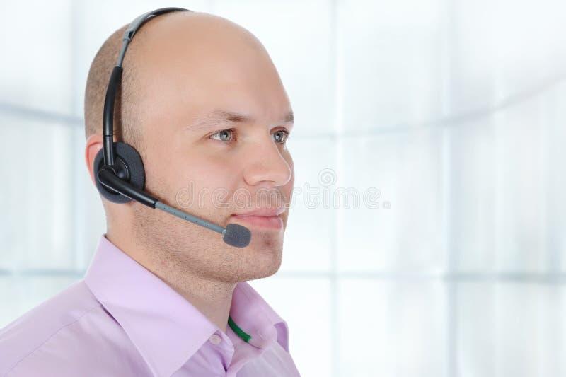 Homme avec un écouteur photo stock