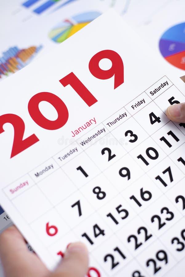 Homme avec un calendrier de 2019 photo libre de droits