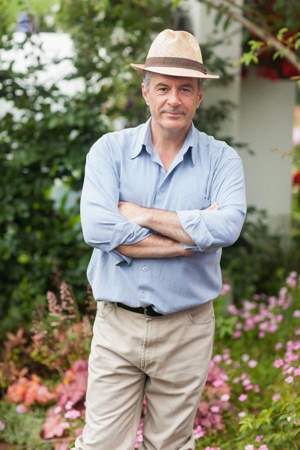 Homme avec un chapeau dans le jardin photo stock