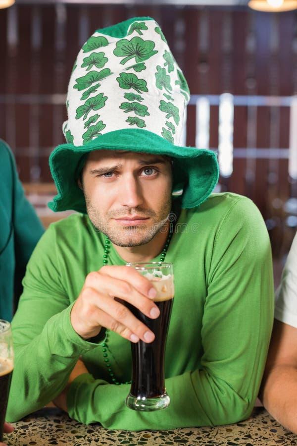 Homme avec un chapeau grillant une bière photographie stock