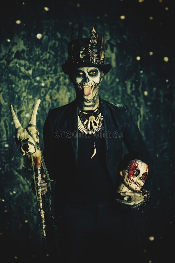 Homme avec un crâne image stock