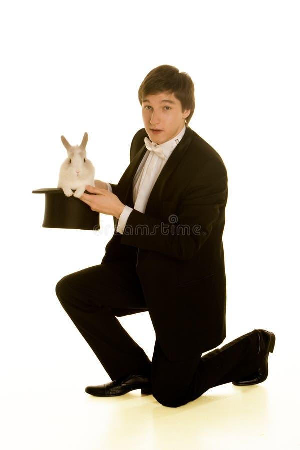 Homme avec un lapin dans un premier chapeau en soie photos libres de droits