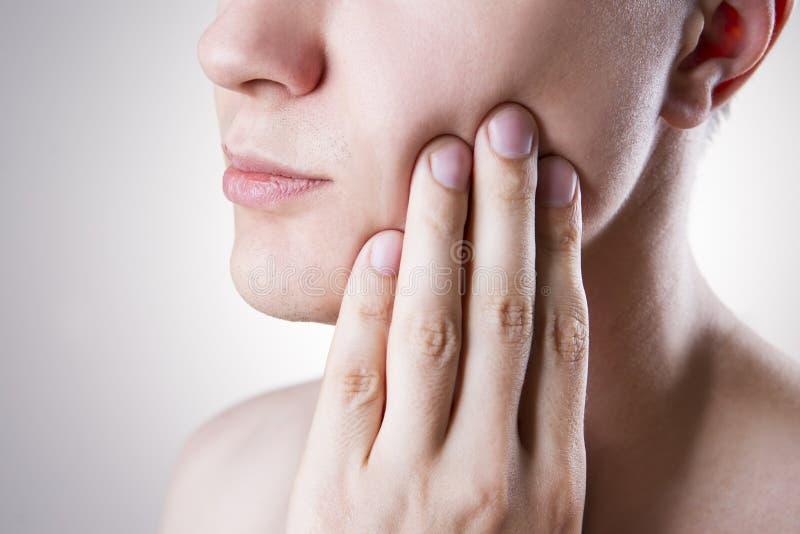 Homme avec un mal de dents Douleur au corps humain image libre de droits