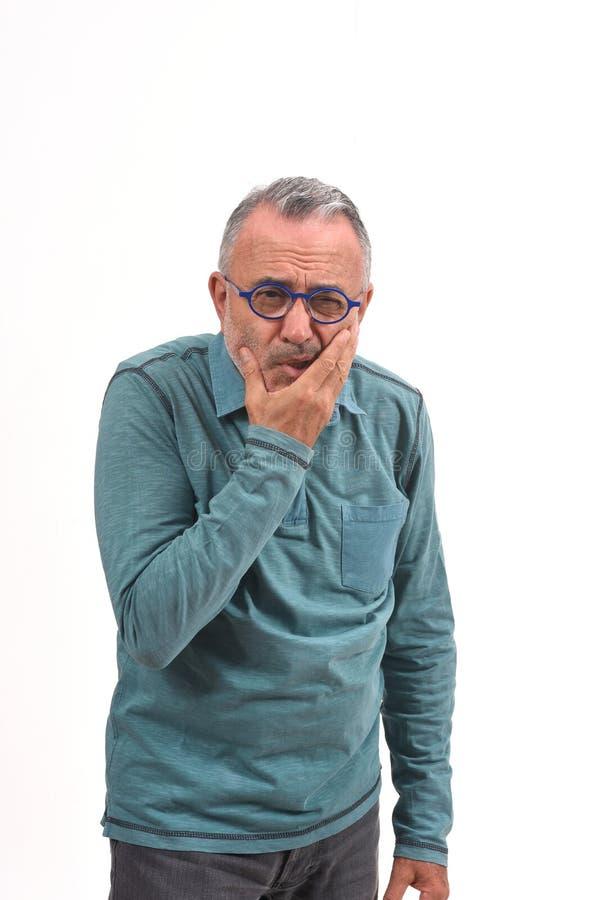 Homme avec un mal de dents sur le blanc photo stock