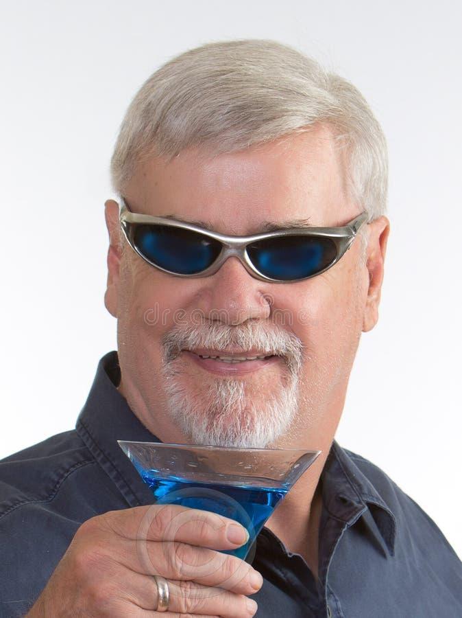 Homme avec un Martini photos stock