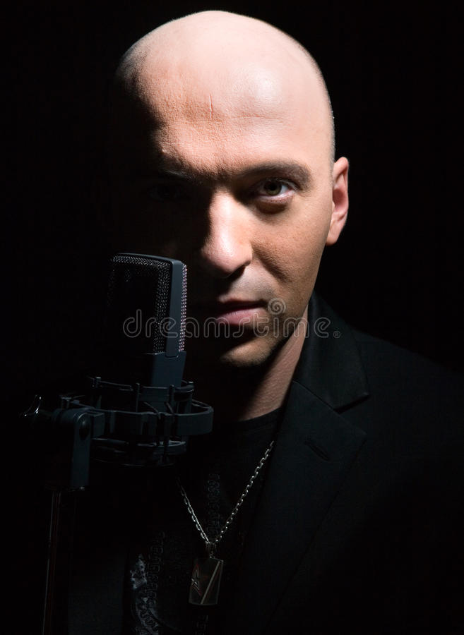 Homme avec un microphone photo libre de droits