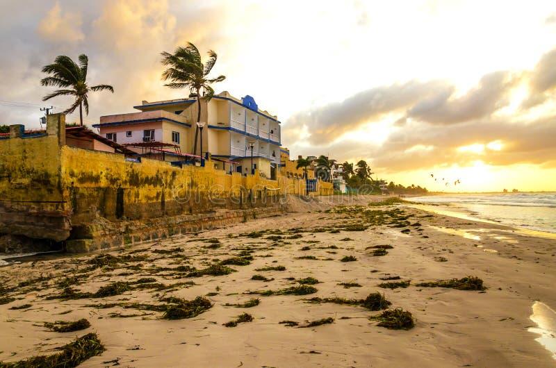 Homme avec un sac à dos sur la plage de Varadero, Cuba image libre de droits