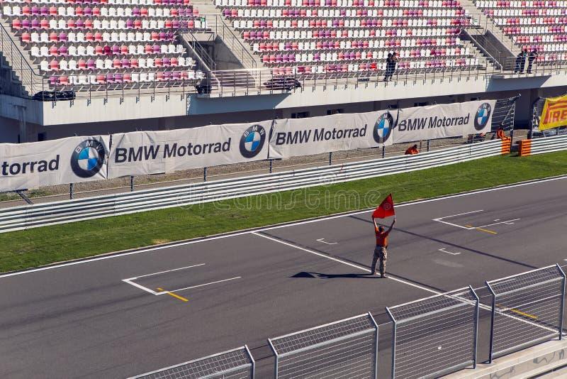 Homme avec une alerte sur la voie de Moto devant la course photo stock