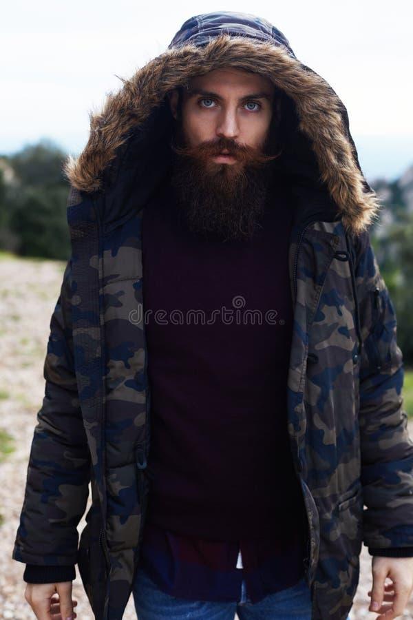 Homme avec une barbe épaisse et beaux yeux bleus photographie stock libre de droits