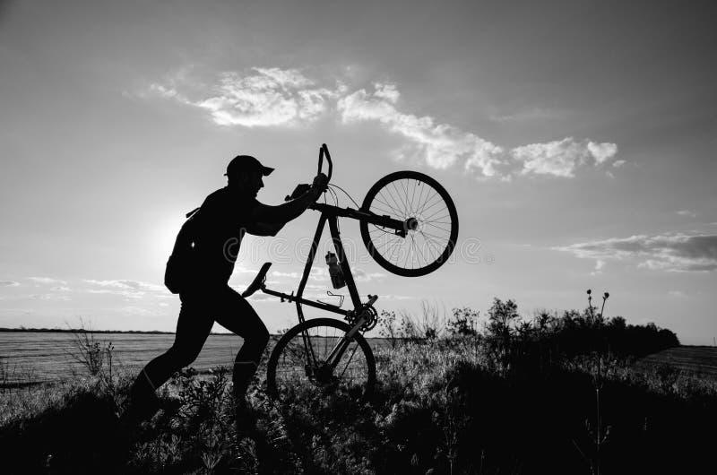 Homme avec une bicyclette photo stock