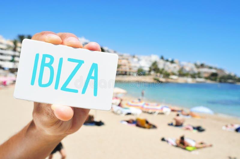 Homme avec une enseigne avec le mot Ibiza, dans Ses Figueretes Beac photographie stock libre de droits