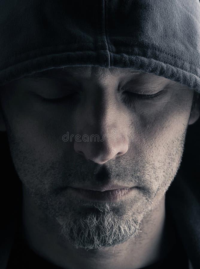 Homme avec une fin de Hoodie  photo stock