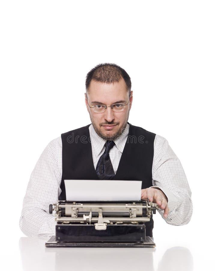 Homme avec une machine à écrire photo stock