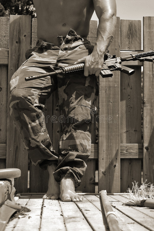 Homme avec une mitrailleuse photographie stock